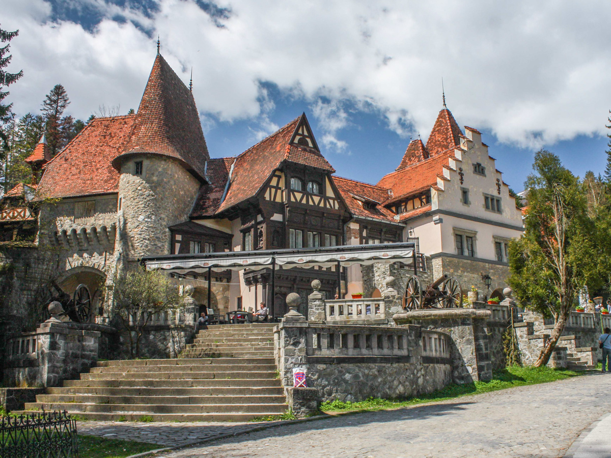 Peles castle former home of the romanian royal family for Castle homes